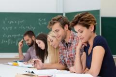 studenten schauen konzentriert auf unterlagen